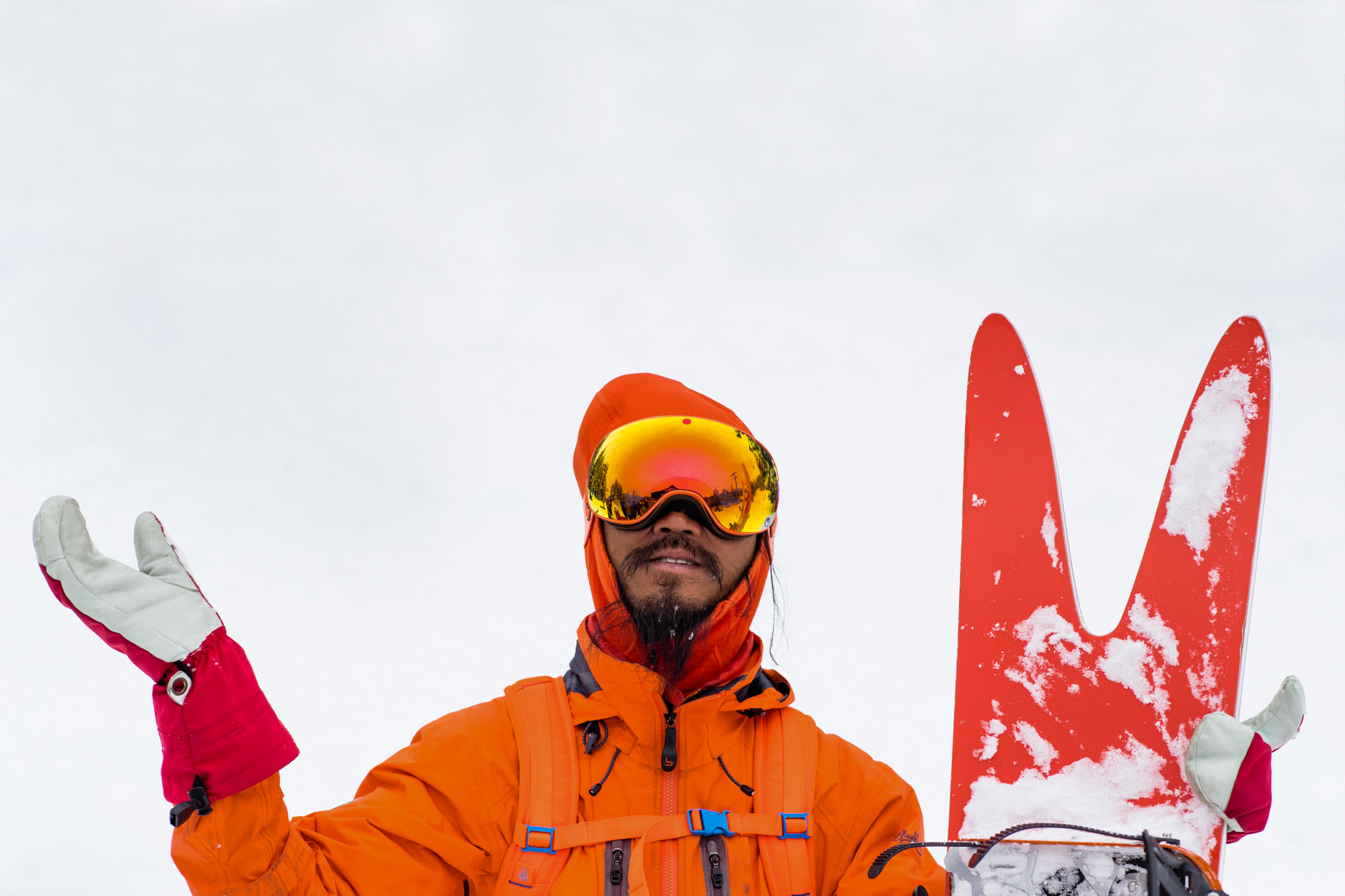 orange-man-snowboarder-japan-001
