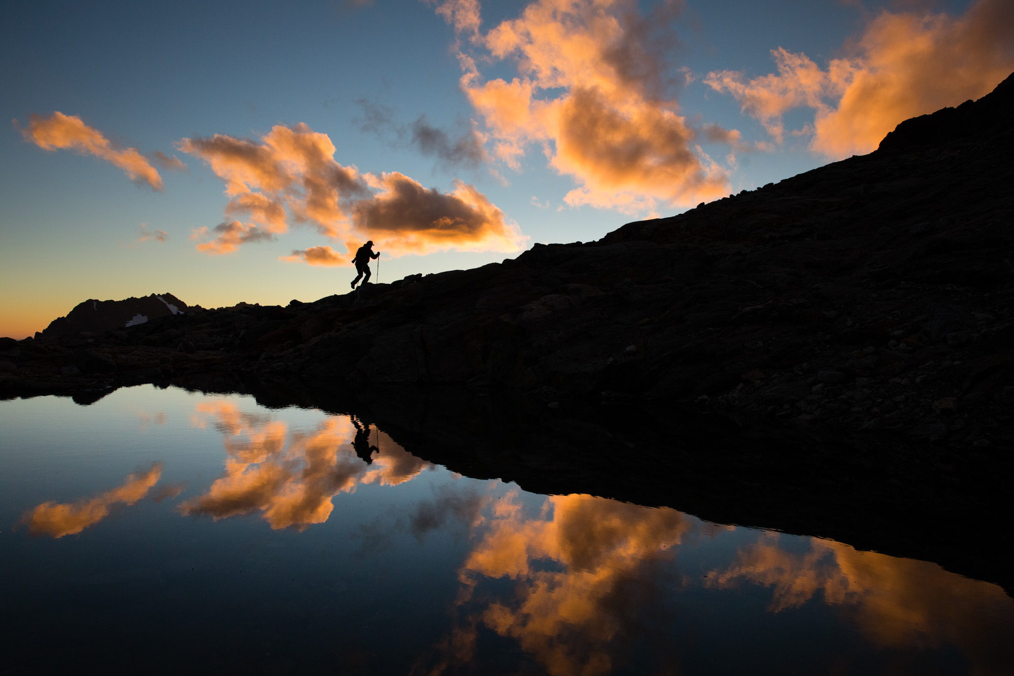 sunrise-hike-fall-backpack-active-lifestyle-photographer